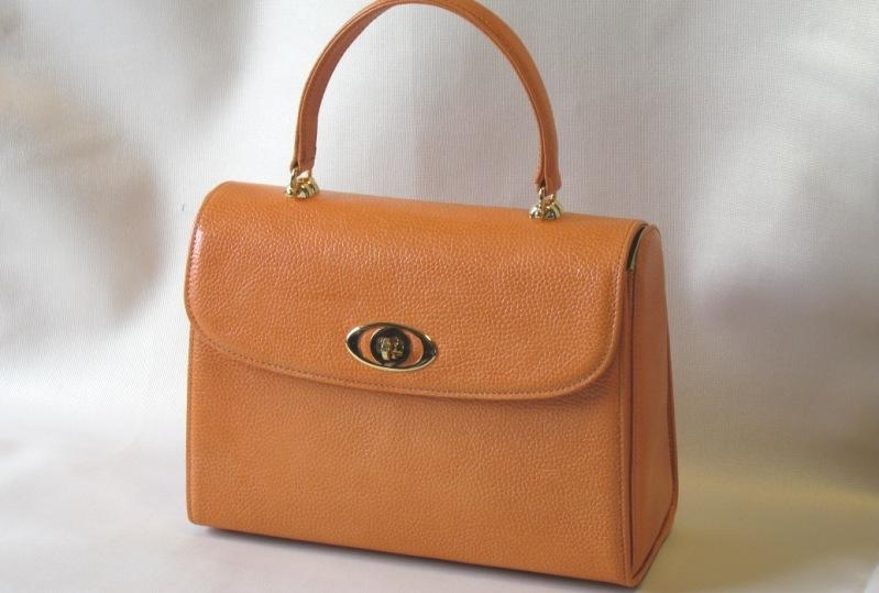 鮮やかなオレンジ色のバッグです。底部幅25CM、 袋部高さ18CM、襠幅10CM、裏地はおしゃれな レモンイエロー、素 材は牛革型押し、かぶせの 上から手紐の高さ10CM、パーテイー等では 映えるでしょう。